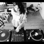 Techno Cat!?レコードの上でテクノを聴く猫が可愛い!ベルギーの女性テクノDJ「Amelie Lens」の「vinyl only set」のムービーをチェック!